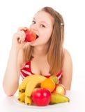 Красивая девушка принимая укус яблока Стоковое фото RF
