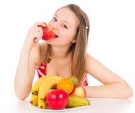 Красивая девушка принимая укус яблока Стоковые Фото