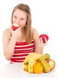 Красивая девушка принимая укус яблока Стоковая Фотография RF