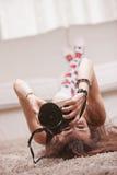 Красивая девушка принимая фотоснимки дома стоковое изображение rf