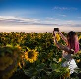 Красивая девушка принимая selfie стоковое изображение rf