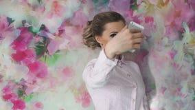 Красивая девушка при состав делая selfie на мобильном телефоне в студии акции видеоматериалы