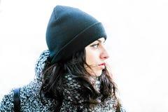 Красивая девушка при съемка шляпы и пальто близкая поднимающая вверх смотря правый Стоковое Изображение RF