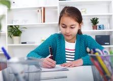 Красивая девушка работая на ее проекте школы на Стоковые Изображения