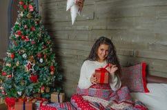 Красивая девушка, Рожденственская ночь, самостоятельно Стоковое Изображение