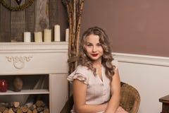 Красивая девушка сидя в стуле Стоковая Фотография