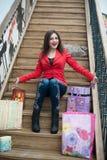 Красивая девушка сидя на деревянных лестницах Стоковая Фотография