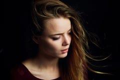 Красивая девушка смотря к стороне, в профиле, летание волос драма Фотография студии в низком ключе на темной предпосылке стоковое изображение rf