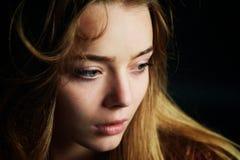 Красивая девушка смотря к стороне, в профиле, летание волос драма Фотография студии в низком ключе на темной предпосылке стоковое фото rf