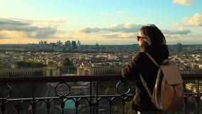 Красивая девушка смотря от вершины Эйфелевой башни сток-видео