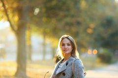 Красивая девушка смотря право на солнечный свет Стоковые Изображения RF
