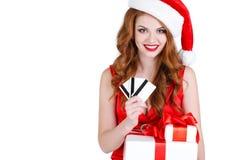 Красивая девушка снега с подарком и кредитными карточками Стоковая Фотография RF