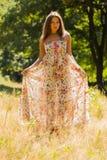 Красивая девушка среди парка в лете стоковая фотография