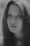 Красивая девушка среди полей цветка стоковая фотография