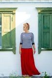 Красивая девушка стоит на предпосылке сельского дома Стоковое фото RF
