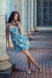 Красивая девушка стоит около старых столбцов Стоковое Фото