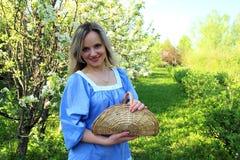 Красивая девушка стоя в яблоневом саде стоковое изображение rf