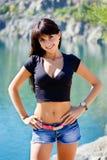 Красивая девушка стоя на береге озера горы Стоковые Фотографии RF