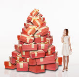 Красивая девушка стоя около кучи подарков Стоковое Изображение RF