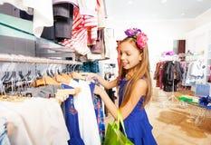 Красивая девушка с аксессуаром цветка в магазине Стоковые Изображения RF