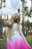 Красивая девушка с белыми воздушными шарами Стоковые Фото