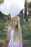 Красивая девушка с белыми воздушными шарами Стоковое фото RF
