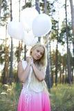 Красивая девушка с белыми воздушными шарами Стоковые Изображения RF