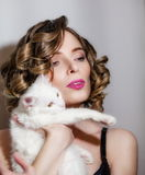 Красивая девушка с белым пушистым котом в ее оружиях Стоковое Изображение RF