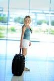 Красивая девушка с большим чемоданом Стоковые Изображения RF