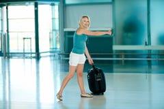 Красивая девушка с большим чемоданом Стоковое Изображение