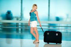 Красивая девушка с большим чемоданом Стоковое фото RF