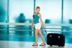 Красивая девушка с большим чемоданом Стоковые Фото