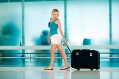 Красивая девушка с большим чемоданом Стоковые Изображения