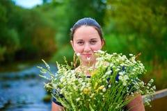 Красивая девушка с букетом wildflowers Стоковое Изображение