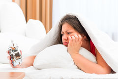 Красивая девушка с будильником в руках Стоковое Фото
