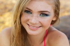 Красивая девушка с веснушками над ее стороной Стоковая Фотография