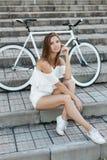 Красивая девушка с велосипедом в парке лета Стоковая Фотография RF