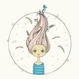 Красивая девушка с волосами летания на предпосылке лета Стоковое Изображение RF