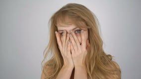 Красивая девушка с выразительными положительными эмоциями с удивленной стороной акции видеоматериалы