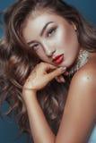 Красивая девушка с вьющиеся волосы и красными губами стоковые изображения