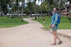 Красивая девушка с голубым рюкзаком на пути Стоковое фото RF