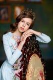 Красивая девушка с глазами коричневого цвета и коричневыми волнистыми волосами на голове i Стоковые Фото