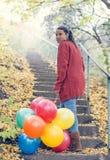 Красивая девушка с ее воздушными шарами Стоковые Изображения