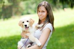 Красивая девушка с ее собакой на парке стоковые фото