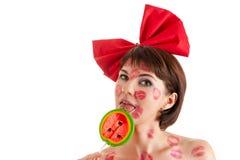 Красивая девушка с леденцом на палочке в рте в поцелуях губной помады Стоковые Фото
