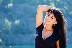 Красивая девушка с закрытыми глазами на предпосылке гор и l Стоковые Изображения RF
