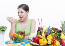 Красивая девушка с здоровым питанием фруктов и овощей Стоковое Изображение