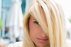 Красивая девушка с длинными белокурыми волосами над ей глаза Стоковые Фотографии RF