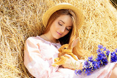 Красивая девушка с длинными волосами outdoors с кроликом Стоковые Изображения