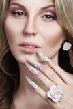 Красивая девушка с длинными ногтями Стоковые Изображения RF